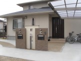 二世帯住宅のタイル門柱|イナックス製「寂雅楽(さびうた)」