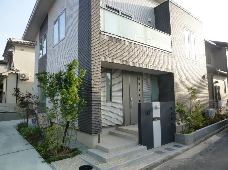 シンプルモダン住宅|色鮮やかな植栽デザイン