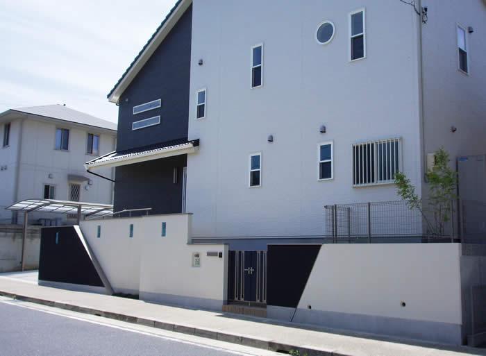 ツートンカラーの外構|モダンなデザイン住宅